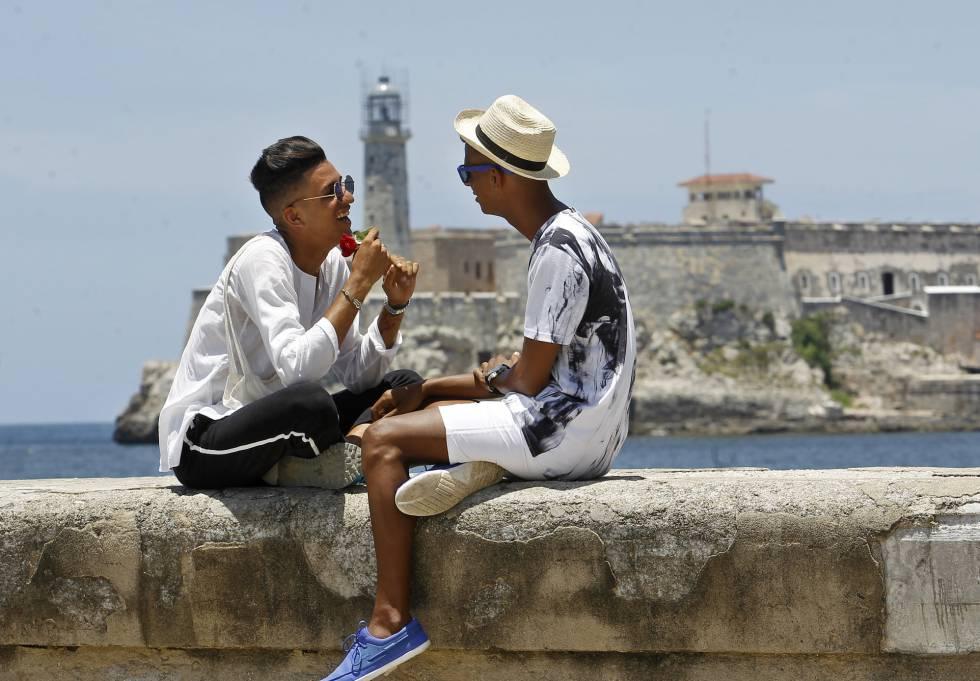 Roiniel Torres y Dariel Hernández conversan en el malecón de La Habana.