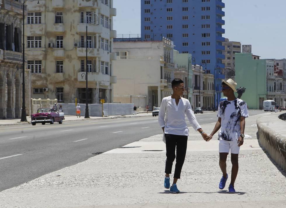 Roiniel Torres y Dariel Hernández pasean por el malecón en La Habana.