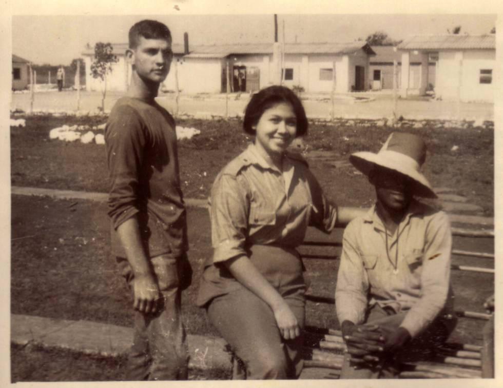 La psicóloga Liliana Morenza, junto a dos gais recluidos en 1967 en Camagüey.