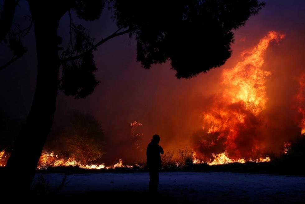 Uno de los incendios en el pueblo de Rafina (Grecia) este lunes.