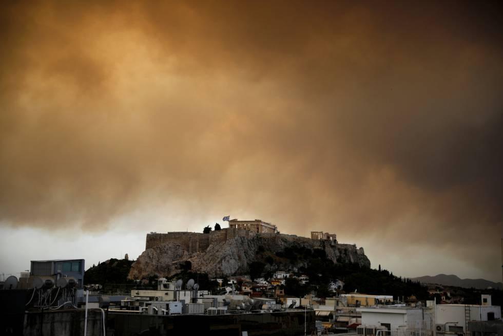 Vista del partenón con el humo de los incendios a las afueras de Atenas.
