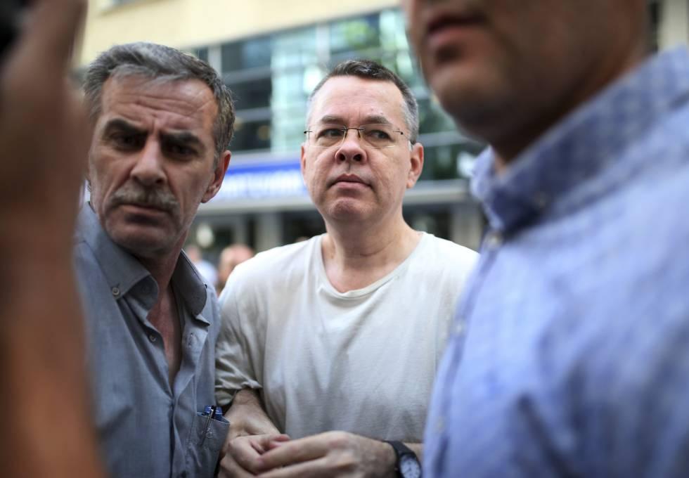 El pastor estadounidense Andrew Brunson llega el pasado 25 de julio a su hogar en Esmirna (Turquía) donde deberá cumplir arresto domiciliario tras pasar más de un año y medio en prisión. Turquía lo acusa de espionaje y terrorismo pero Estados Unidos exige su liberación inmediata.