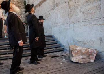 Un sillar de 100 kilos se estrella al lado de una feligresa ante el Muro de las Lamentaciones