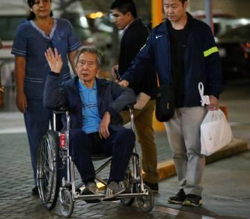 Fujimori saluda tras ser indultado.