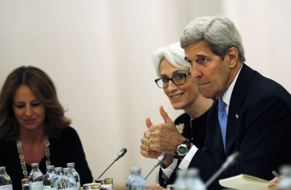 Sherman con John Kerry, el entonces secretario de Estado, en 2015 en Viena durante la negociación con Irán
