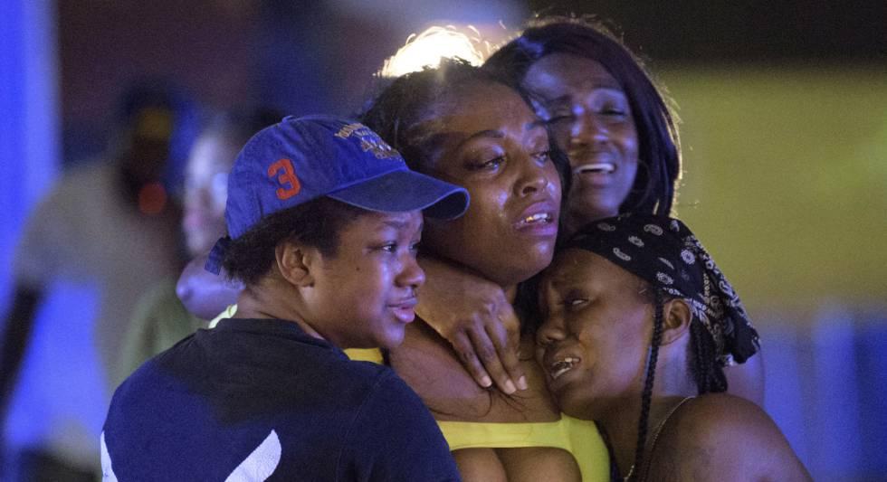 Un grupo de mujeres en la zona del tiroteo.
