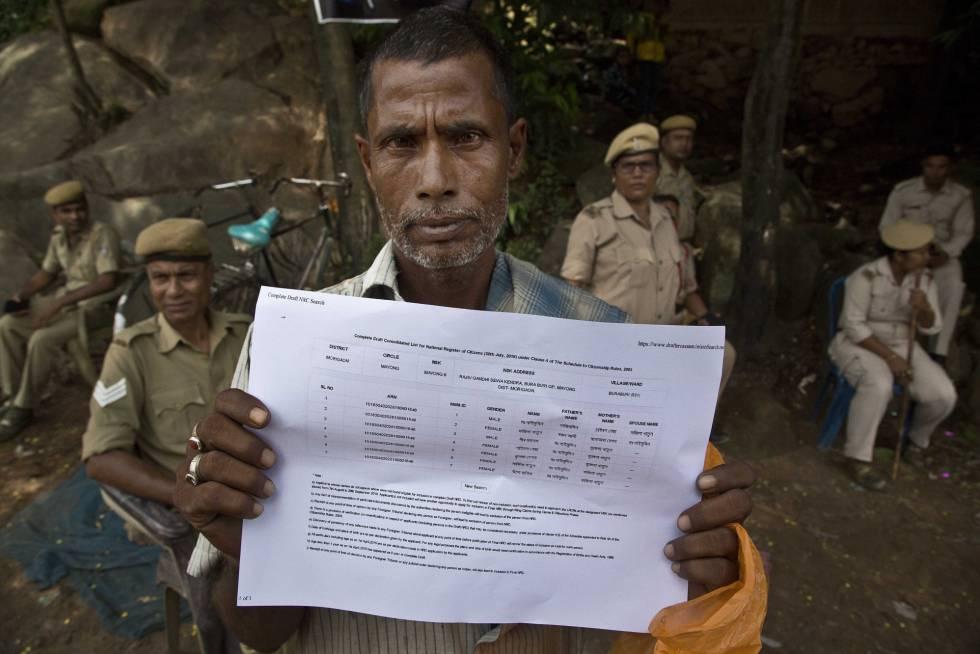 Un hombre muestra su nombre en el registro de ciudadanos de Assam.