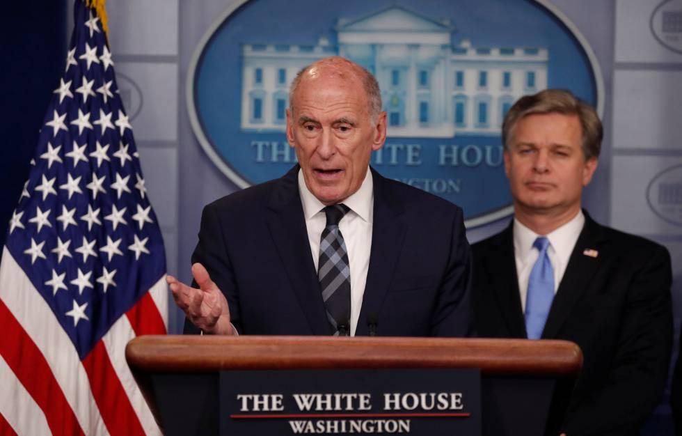El jefe de Inteligencia Nacional, Dan Coats, y el director del FBI, Christopher Wray, este jueves en la Casa Blanca