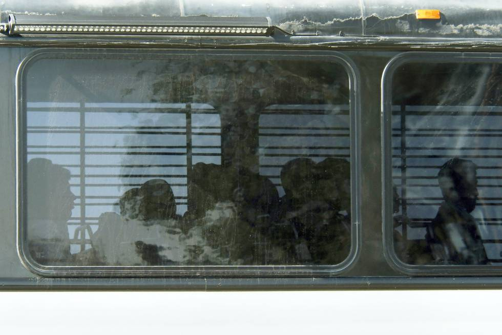 Inmigrantes trasladados a la prisión de Victorville, California, en junio.