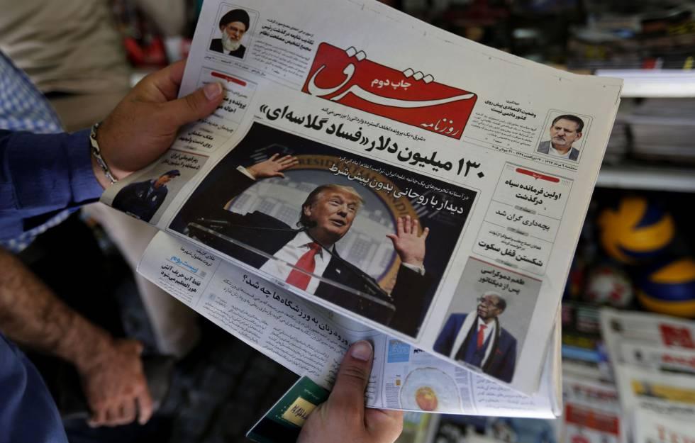Un hombre lee un diario iraní con la imagen del presidente de EEUU, Donald Trump, el lunes en Teherán.
