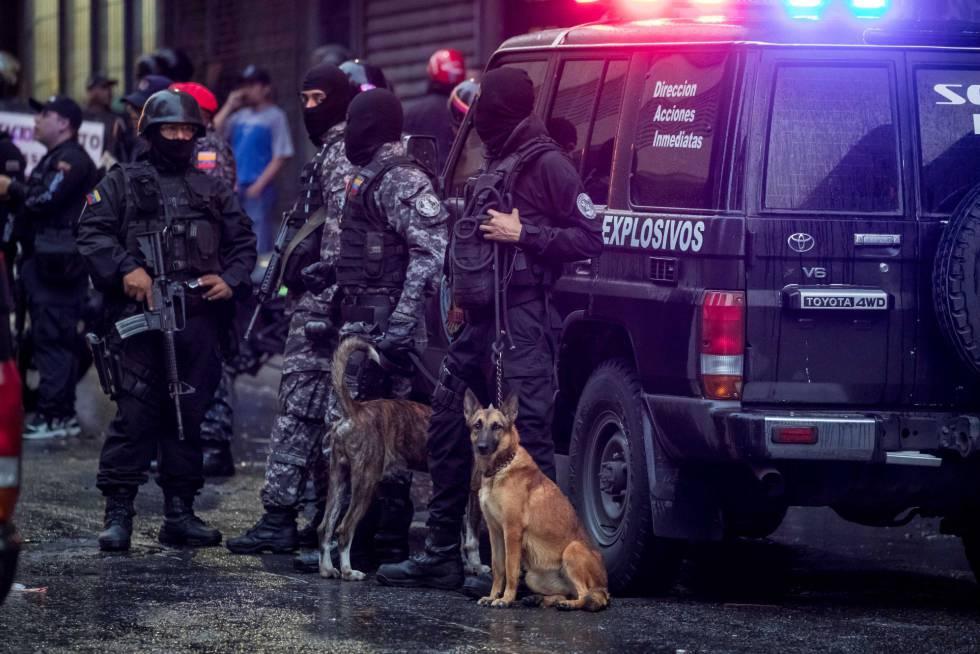 Agentes de policía desplegados cerca del lugar de la explosión.
