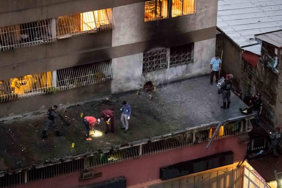 Agentes de policía recogen pruebas en un edificio cercano al suceso.