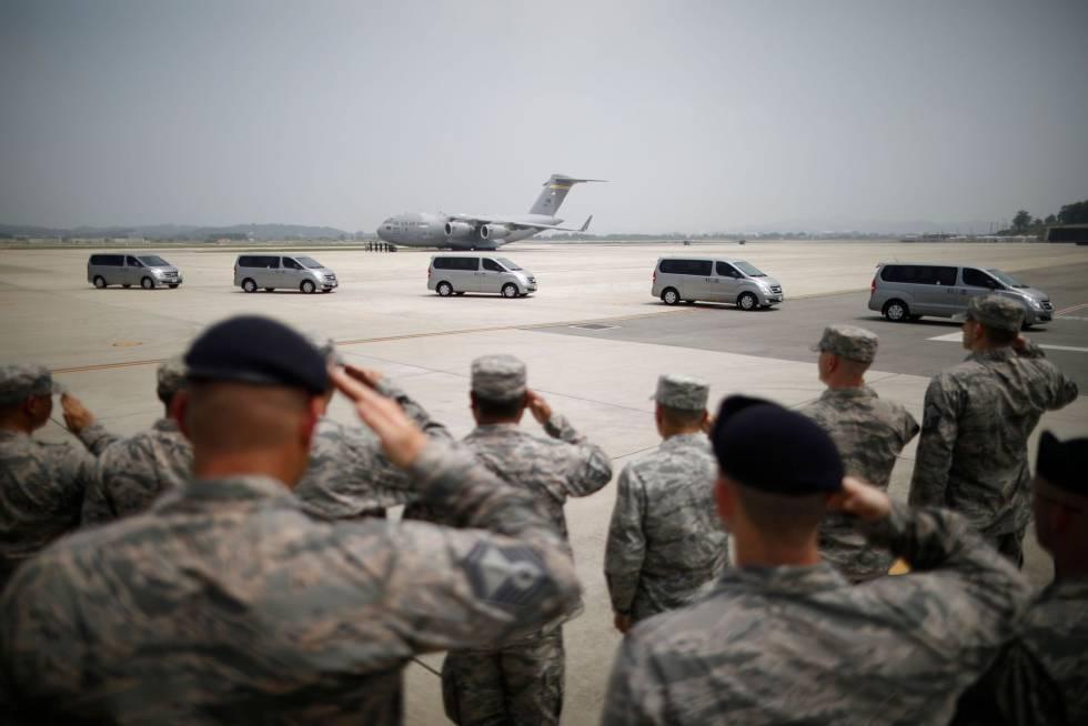 8d73beb4 Soldados estadounideses frente a una fila de vehículos que transportas los  cuerpos de 55 militares fallecidos
