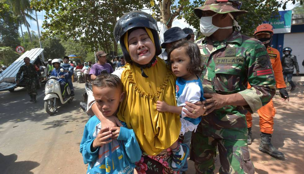 Una mujer junto a sus hijos tras el terremoto registrado este jueves en la isla de Lombok.