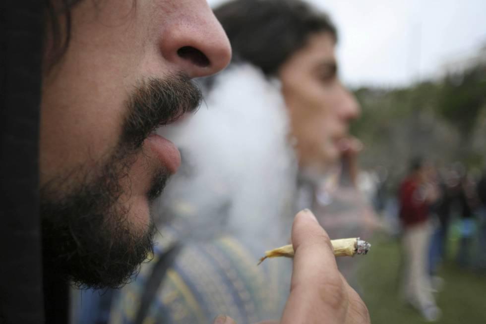 Unos jóvenes fuman marihuana en Montevideo.