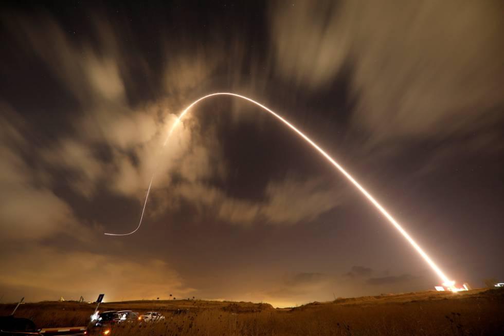 El sistema antimisiles de Iron Dome dispara un misil interceptor mientras se lanzan cohetes desde Gaza hacia Israel este jueves.