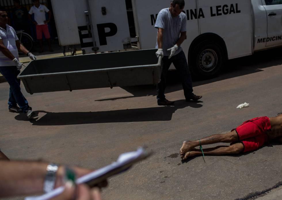 Unos agentes recogen el cuerpo de un hombre asesinado un sábado de abril en Natal (Rio Grande do Norte)