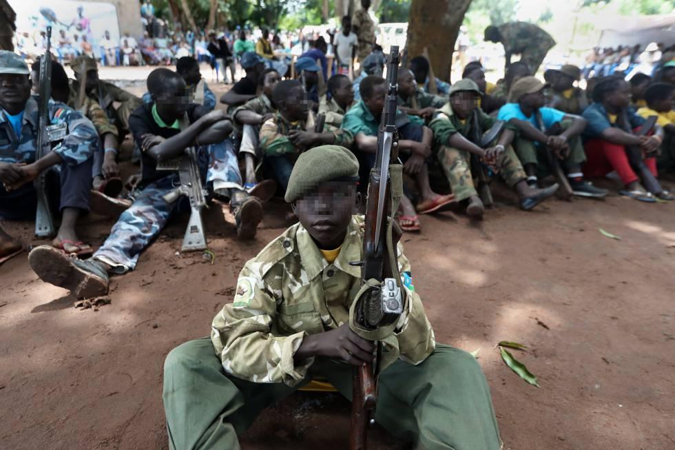 Matthew (nombre ficticio) y otros niños exsoldados, durante la ceremonia de desmovilización en la que participaron en Yambio. El acto, organizado por el Gobierno, simboliza su regreso al colegio tras su secuestro por la milicia.