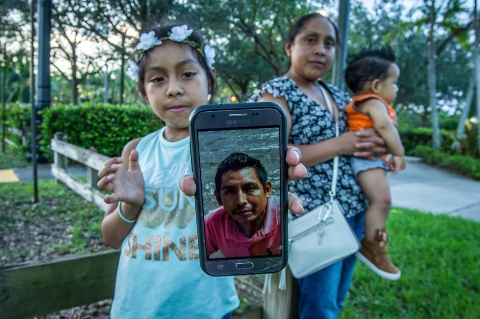 Janne muestra el miércoles la foto de su padre, preso en Texas, con su madre Buenaventura detrás sosteniendo a su bebé en Homestead.