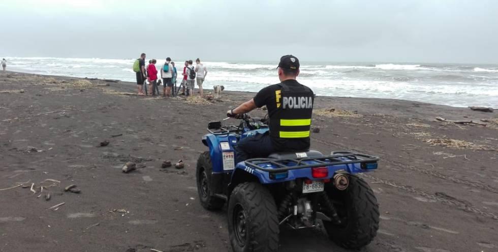 Policías vigilan la playa Tortuguero tras el crimen de la española.