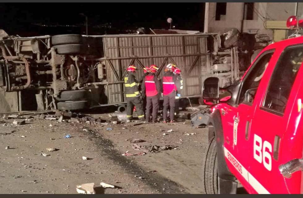 El autobús que se accidentó en las afueras de Quito.