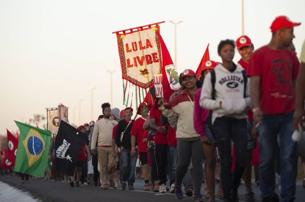 Simpatizantes de Lula marchan en apoyo a la candidatura del exmandatario Luiz Inácio Lula da Silva para las elecciones de octubre en Brasilia (Brasil)