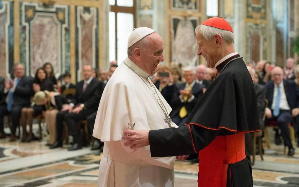 El Papa con el cardenal Wuerl, acusado de encubrir los hechos, en una imagen de 2010.