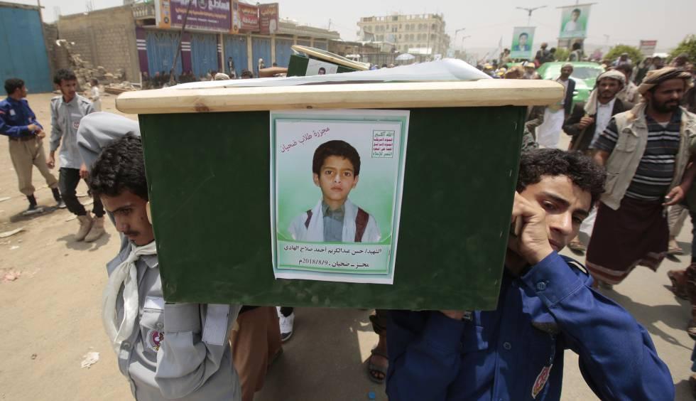 aa736366c Un grupo de yemeníes lleva el ataúd de uno de los niños muertos en Saada