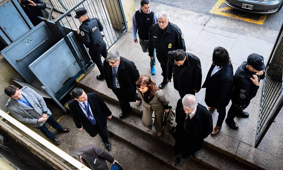 La expresidenta argentina Cristina Fernández de Kirchner llega el lunes a un tribunal de Buenos Aires.