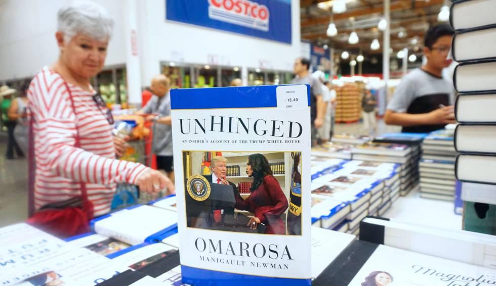 Una mujer mira el libro en una librería de California