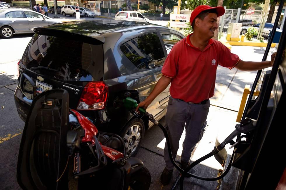 Un empleado de una gasolinera de Caracas, Venezuela.