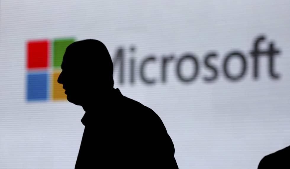 Logo de Microsoft tras la silueta de un hombre, en una imagen tomada en Nueva Delhi en noviembre de 2017.rn