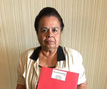 Esmeralda García con el informe sobre la muerte de su tío Uvaldo en la guerra de Corea, el pasado 9 de agosto en Arlington