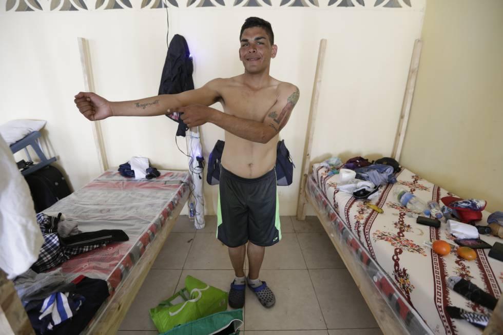 Un ciudadano venezolano se asea en el refugio de Hogar de Cristo de Guayaquil.