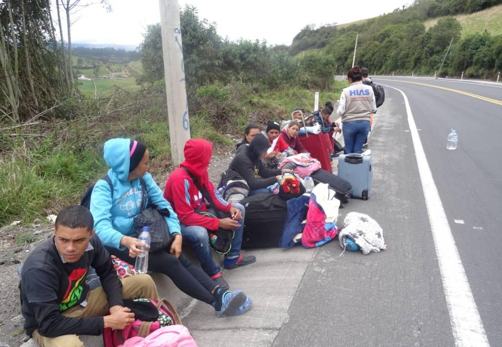 Un grupo de venezolanos en las afueras de la ciudad ecuatoriana de Tulcán.rn