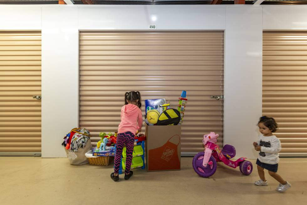 Dos niñas venezolanas el viernes en Miami en el almacén de la ONG Venezuelan Awareness.