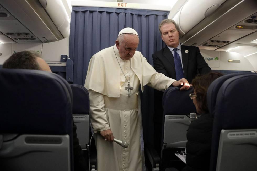 Francisco escucha en el avión papal la pregunta de una periodista estadounidense sobre las acusaciones de encubrimiento.