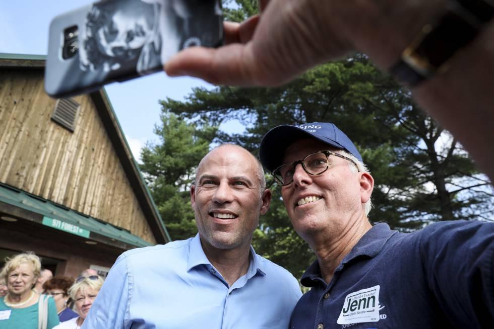 Avenatti, con militantes demócratas en New Hampshire el 19 de agosto.
