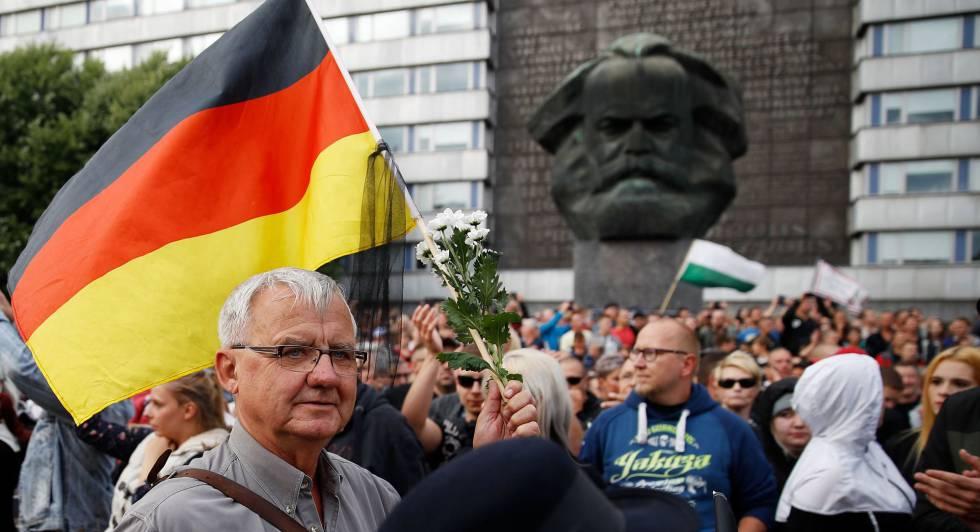 Un manifestante en la concentración organizada por PEGIDA este lunes en Chemnitz (Alemania).