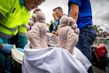 Los pies del nadador, tras abandonar la prueba.
