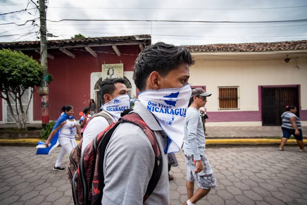 Ciudadanos protestaron en las calles de Granada ante la represión del presidente Ortega.