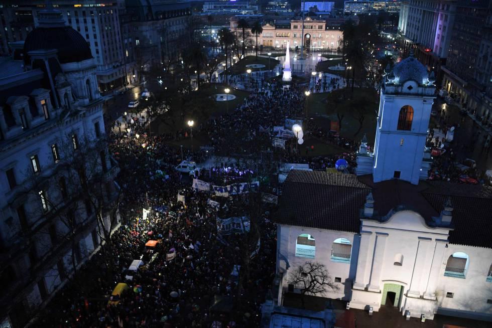 Protesta de profesores y estudiantes de las universidades públicas argentinas en la Plaza de Mayo, en Buenos Aires.