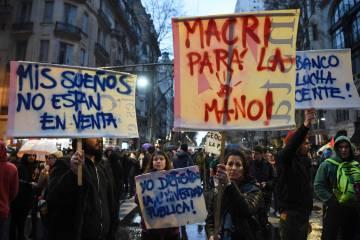 Manifestantes exhiben pancartas durante la marcha universitaria en Buenos Aires.