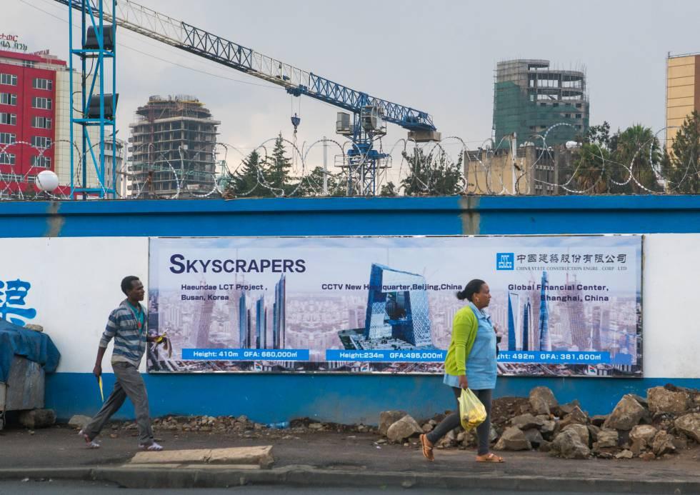 Unos etíopes pasan por delante de un cartel de una construcción china en Adís Abeba.