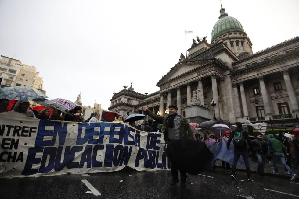 Profesores universitarios reclaman una subida salarial frente al Congreso, el 31 de agosto en Buenos Aires.