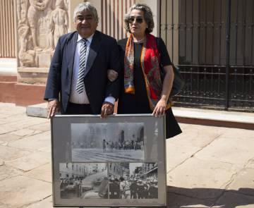 El fotógrafo José Moreno y LIz Fernández posan frente a la catedral de Asunción