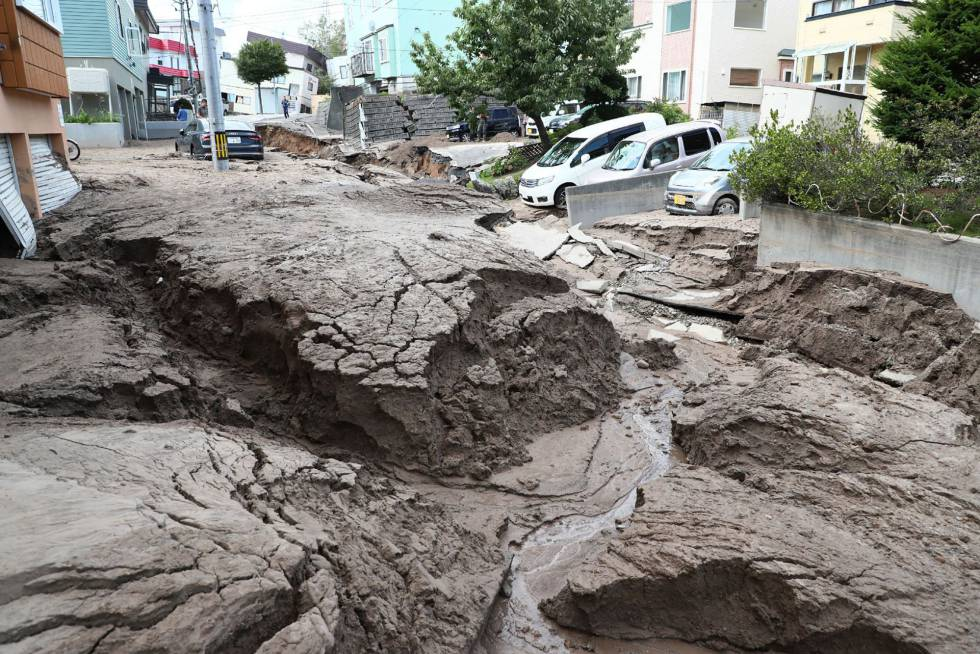 Calle destruida por el seísmo en la ciudad de Sapporo.