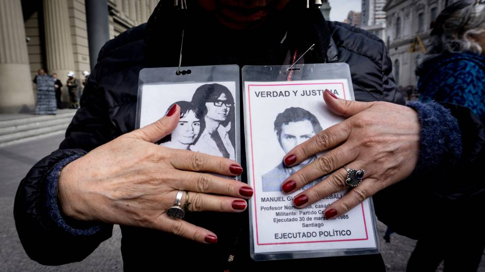 Una activista sostiene fotos de desaparecidos en una protesta frente a la Corte Suprema de Chile.