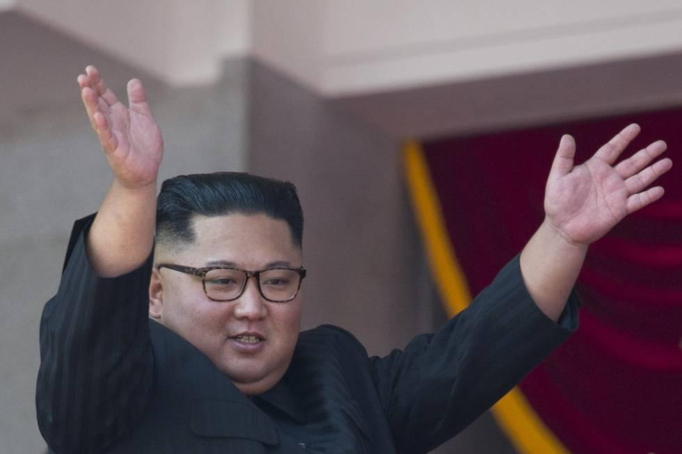 El lider norcoreano Kim Jong-un saluda al público en el desfile militar de los 70 años desde la fundación de Pyongyang.