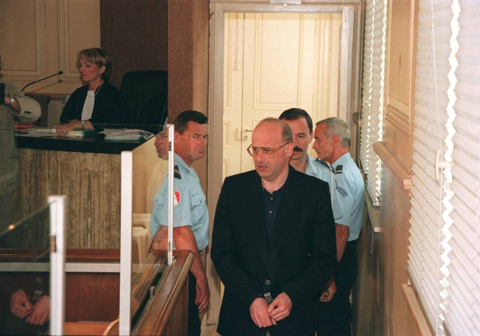 Jean-Claude Romand llega a la sala donde se celebró el juicio en 1996.